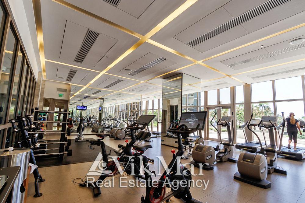 Интерьер тренажерного зала оздоровительного комплекса в жилом здании кондоминиума «The St. Regis Bal Harbour Resort»