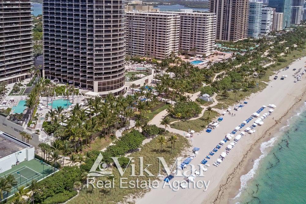 Панорама с высоты птичьего полета курортной зоны отдыха элитного жилого комплекса St. Regis Bal Harbour Resort в Майами Бич на берегу Атлантического океана