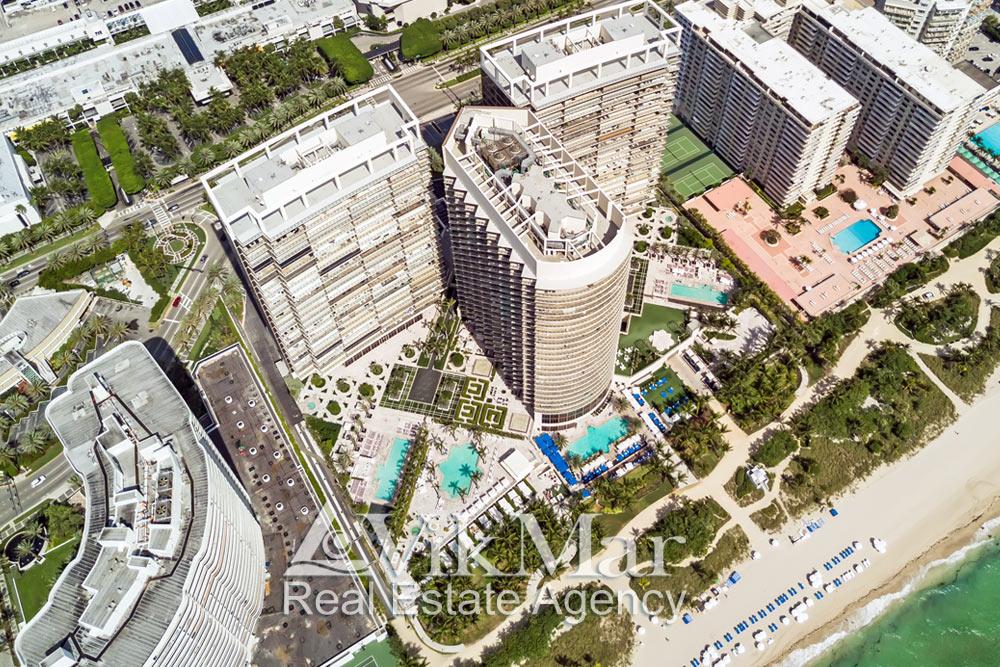 Фото с высоты птичьего полета территории пляжного клуба жилого комплекса St. Regis Bal Harbour Resort в Майами-Бич на берегу океана