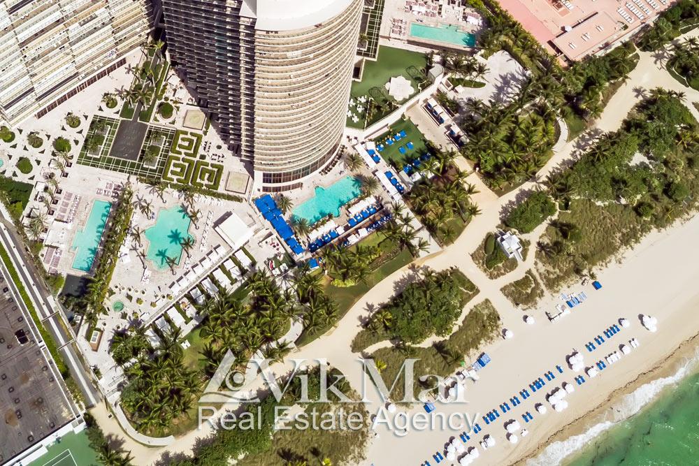 Фото панорама с высоты птичьего полета пляжа Серфсайд Бич (Surfside Beach) и зоны отдыха курортного комплекса St. Regis Bal Harbour Resort