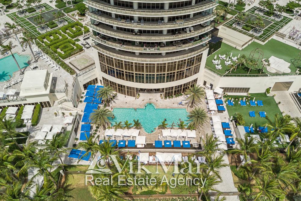 Вид со стороны океана на территорию пляжного клуба элитного курортного комплекса «St. Regis Bal Harbour» в Майами-Бич, США