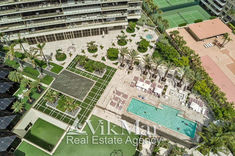 Элегантный дизайн территории пляжного клуба у «Северной» башни жилого кондоминиума «St. Regis Bal Harbour» в Майами-Бич