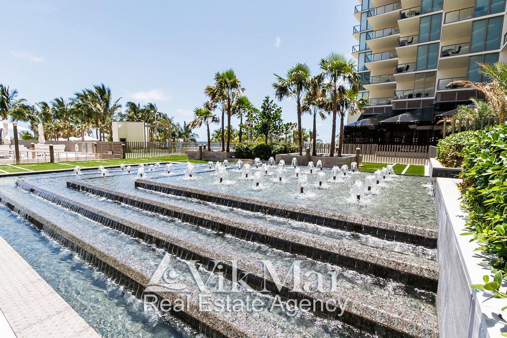 Фото каскадного фонтана на территории открытого солярия у здания «Центральной» башни комплекса «St. Regis Bal Harbour»