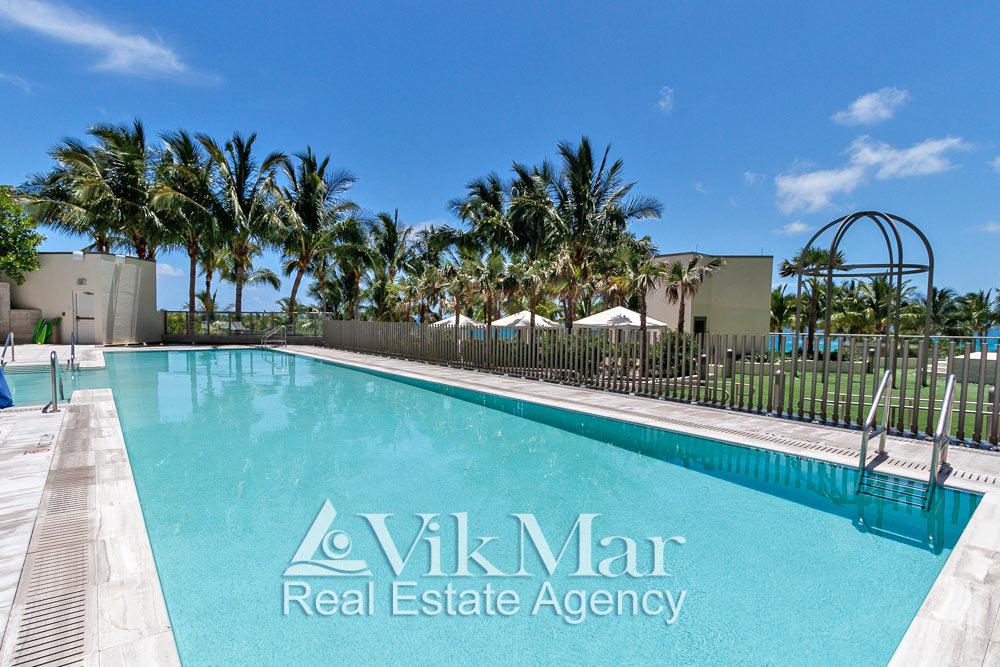 Фото открытого плавательного бассейна на территории зоны отдыха в элитном курортном комплексе «St. Regis Bal Harbour» в Майами-Бич, США