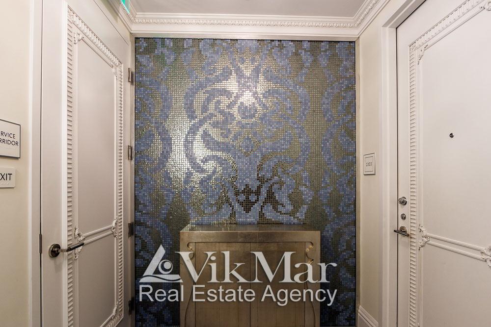 Интерьер тамбура поэтажного коридора и входа в элитную квартиру апартаменты в кондоминиуме St. Regis в Майами Бич, США
