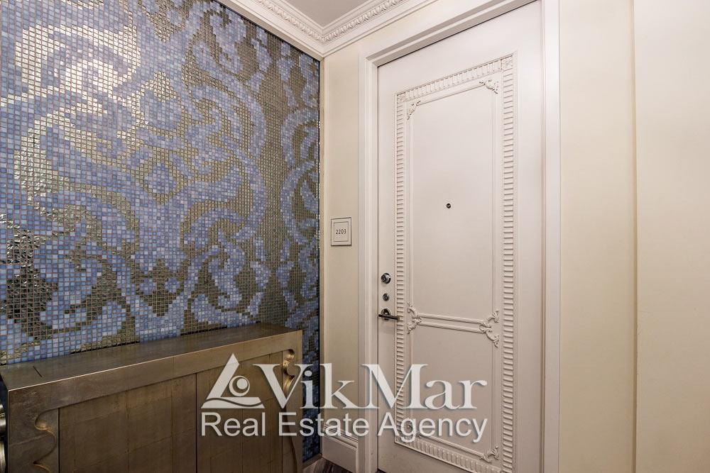 Общий вид входа в элитные апартаменты в жилом комплексе St. Regis в Майами Бич, США