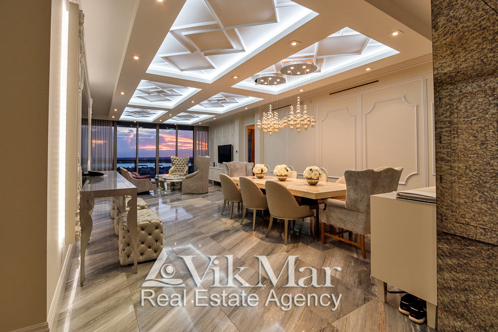 Перспектива со стороны прихожей интерьера западной гостиной (Foyer) элитных  апартаментов в жилом комплексе St. Regis в Майами Бич