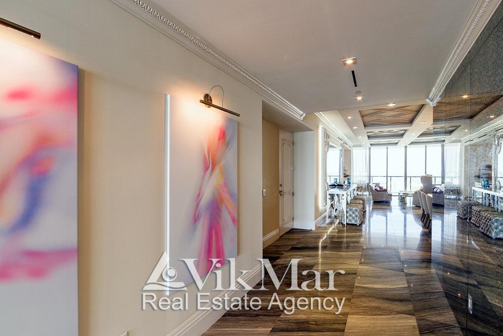 Общий вид интерьера прихожей (Foyer) и западной гостиной  элитной квартиры в Майами Бич, США