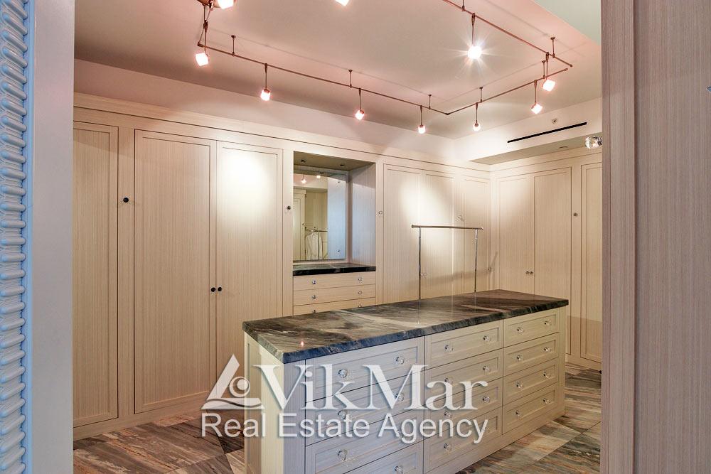 Фото перспектива элегантного дизайна интерьера гардеробной спальни хозяев элитной квартиры в жилом комплексе St. Regis Bal Harbour