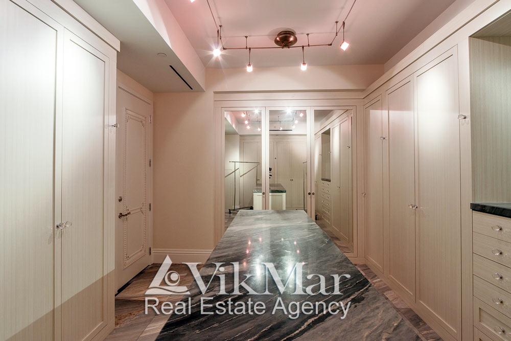Фото дизайна интерьера гардеробной спальни хозяев элитной квартиры в жилом комплексе St. Regis Bal Harbour в Майами Бич