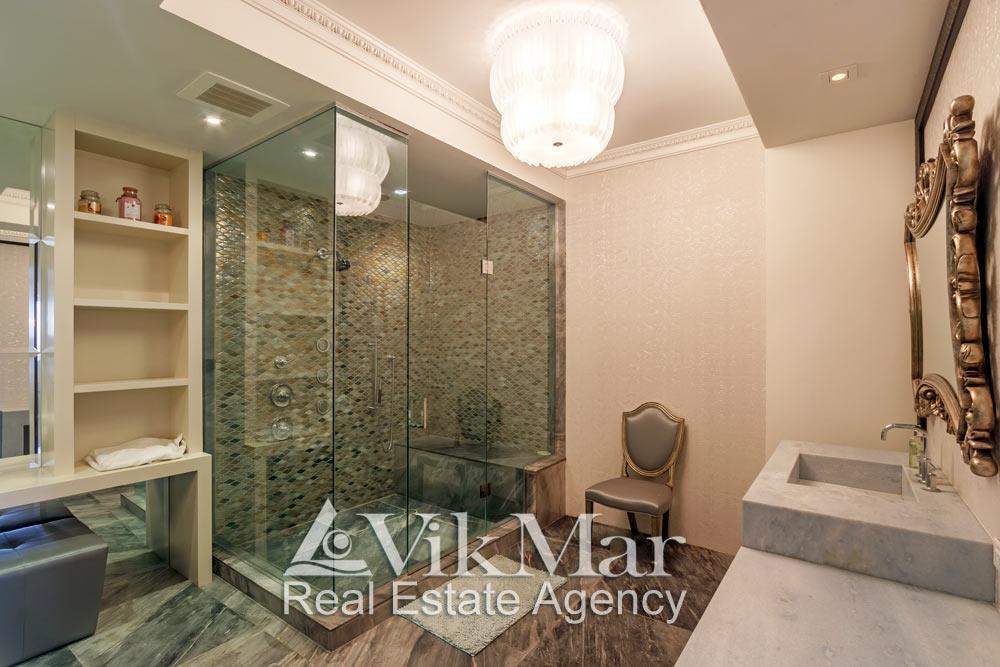 Фото элегантной душевой кабины в ванной «Master Bath» в роскошных апартаментах жилого комплекса St. Regis Bal Harbour, Майами Бич