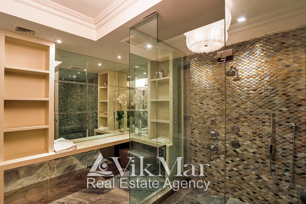 Фото роскошного декорирования и технического оснащения помещения ванной «Master Bath» элитной квартиры в комплексе St. Regis