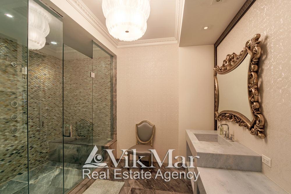 Фото декоративного комбинированного освещения помещения ванной «Master Bath» элитной квартиры в Майами Бич