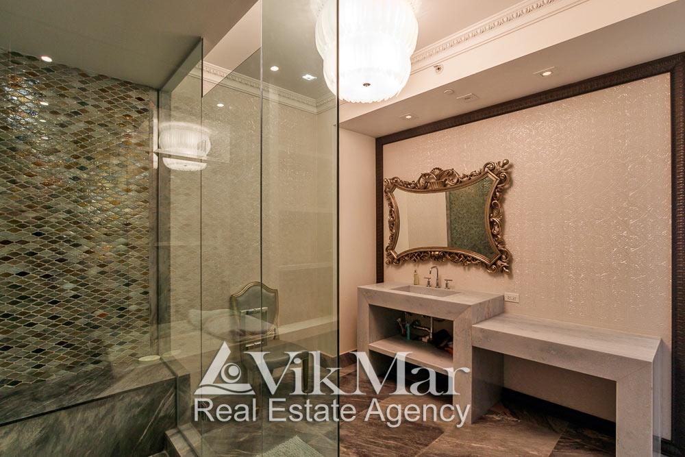 Фото фрагмента элегантного интерьера ванной «Master Bath» в стиле «Ар-Деко» со стороны душевой кабины