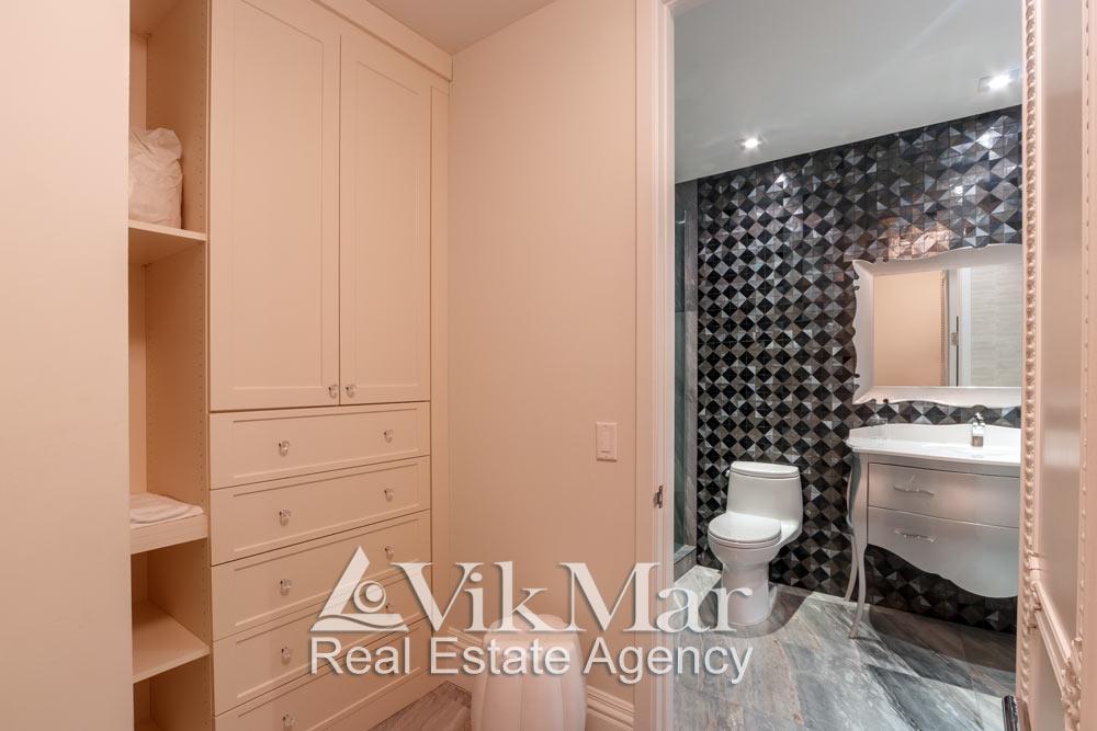 Фото интерьера ванной «BATH 3» через открытый проем помещения гардеробной элитной квартиры в Майами Бич