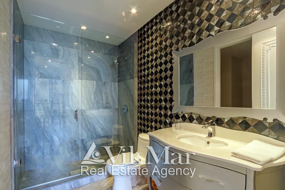 Фото элегантного декора и технического оснащения помещения ванной «Bath 3» в составе элитной квартиры в Майами Бич