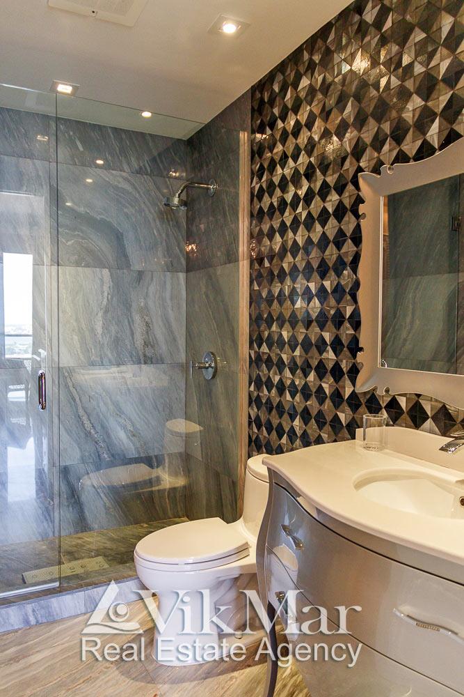 Фрагмент интерьера ванной «BATH 3» с декоративной облицовкой, душевой кабиной и туалетным оборудованием