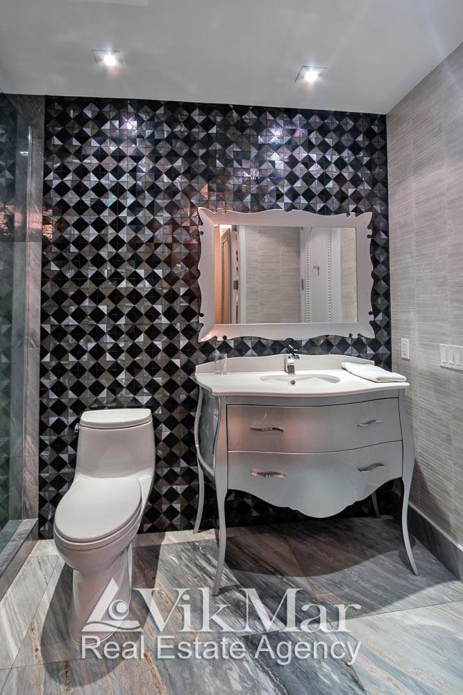Фронтальная перспектива элегантной туалетной зоны помещения ванной «Bath 3» элитной квартиры апартаментов в Майами Бич