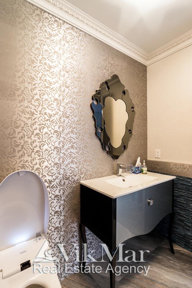 Фрагмент интерьера туалетного помещения в стиле «Ар-Деко» в роскошных апартаментах в жилом комплексе St. Regis Bal Harbour, Майами Бич