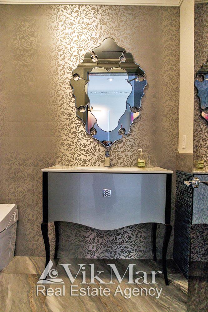 Общий вид декоративной меблировки туалетного помещения в стиле «Ар-Деко» в элитной квартире в Майами Бич, США