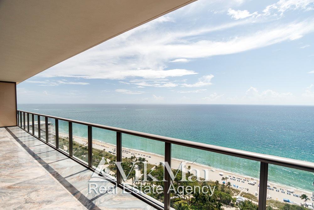 Панорамный вид на Атлантический океан с восточного балкона галереи элитной квартиры в жилом кондоминиуме St. Regis Bal Harbour в Майами Бич, США