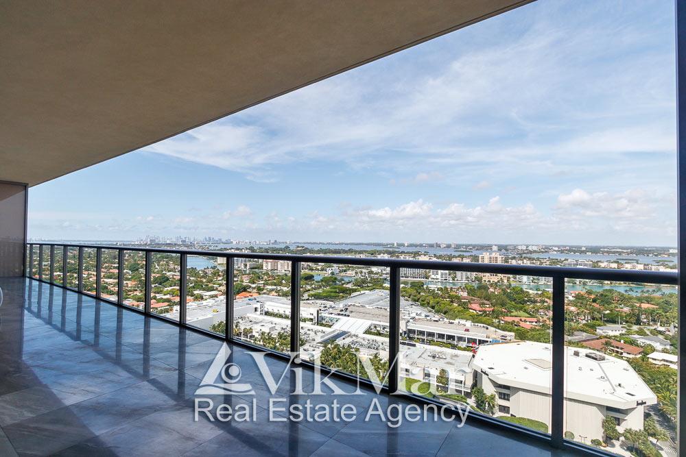 Панорамный вид на залив Бискейн и районы Майами с западного балкона элитной квартиры апартаментов в Майами Бич, США