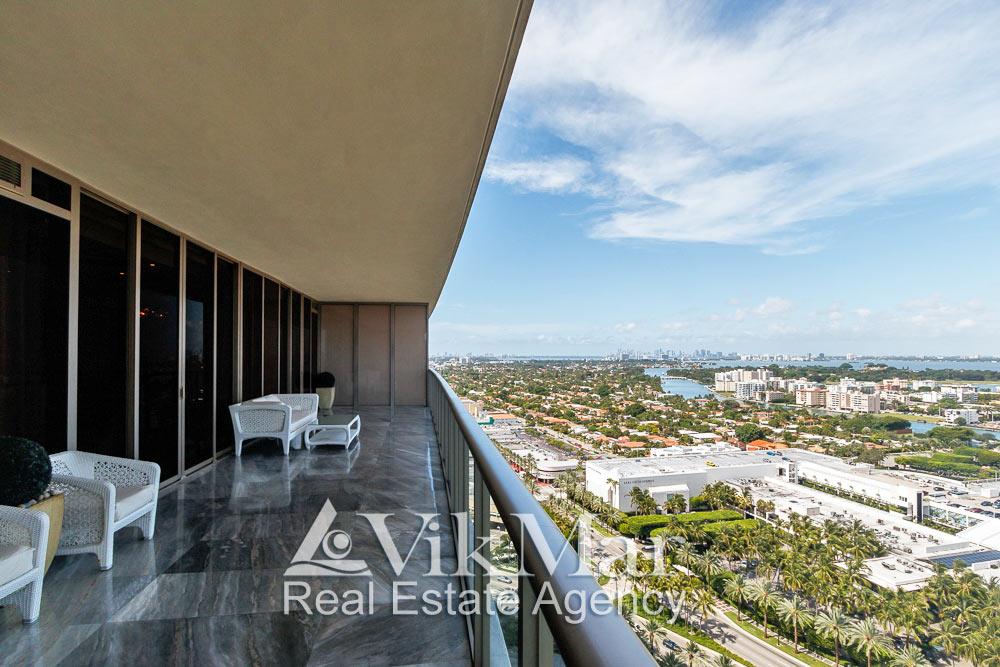 Перспектива пространства западного балкона элитной квартиры и панорамный вид на районы Майами у залива Бискейн