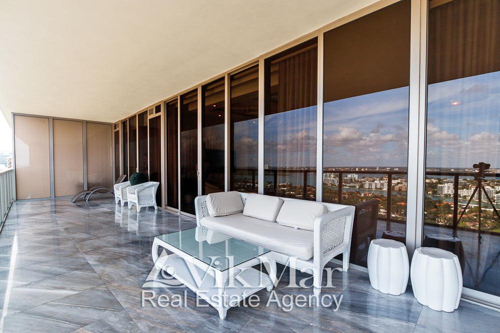 Фото интерьера зоны отдыха на западном балконе солярии элитных апартаментов в курортном комплексе St. Regis Bal Harbour в Майами Бич
