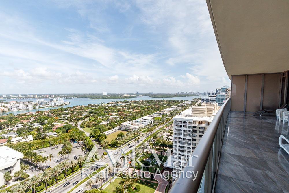 Живописная панорама градостроительного ландшафта Майами и залива Бискейн с западного балкона элитных апартаментов в комплексе St. Regis в Майами Бич, США
