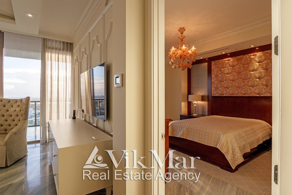Общий вид уютной зоны отдыха западной спальни « Bedroom 3» со стороны входного проема салона гостиной элитной квартиры в Майами Бич, США