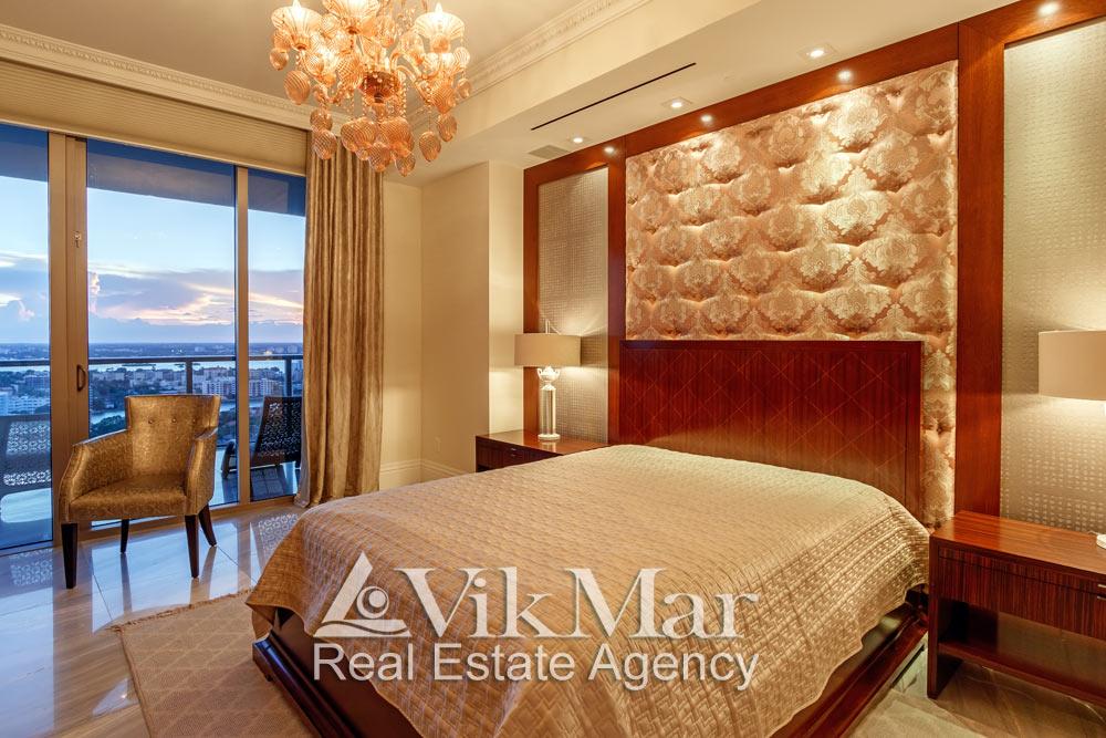 Фото перспектива интерьера западной спальни «Bedroom 3» с видом на районы Майами при вечернем декоративном освещении