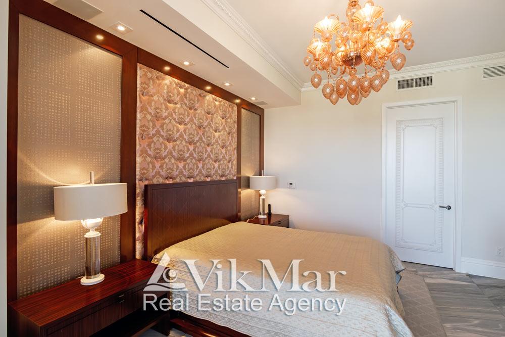 Элегантное декорирование и меблировка западной спальни «Bedroom 3» при дневном комбинированном освещении
