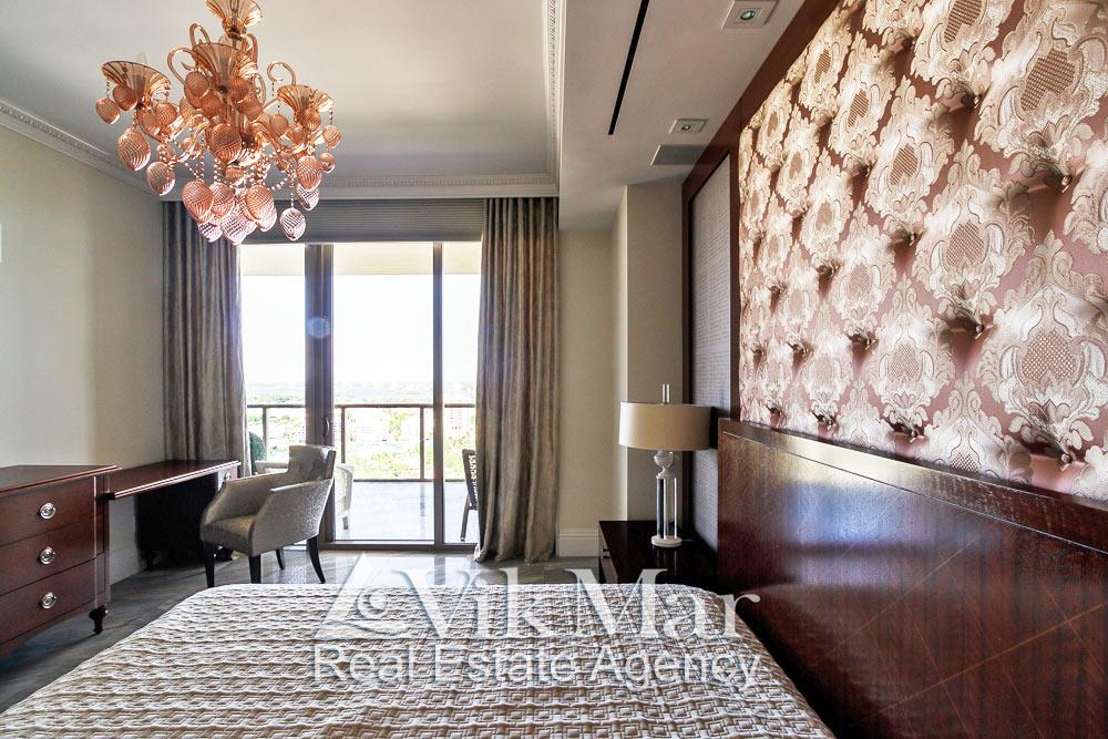 Изысканный дизайн и меблировка интерьера с видом на Майами западной спальни «Bedroom 3» при дневном освещении