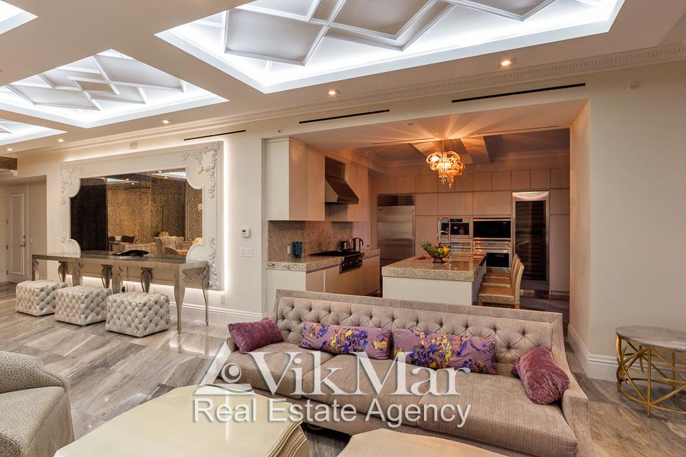 Фото интерьера зоны отдыха западного салона гостиной и кухни столовой на 5 обеденных мест при вечернем освещении