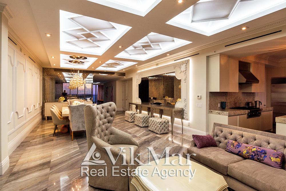 Фото роскошного интерьера элитной квартиры апартаментов со стороны западной гостиной