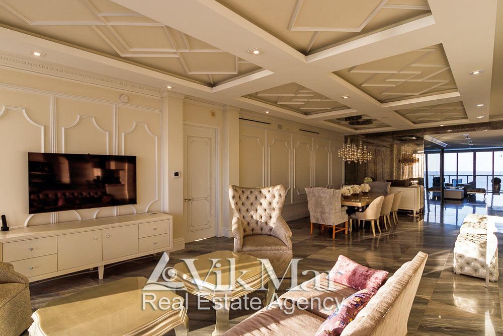 Дневная фото перспектива интерьера жилого пространства элитной квартиры апартаментов с видом на Атлантический океан в Майами Бич, США