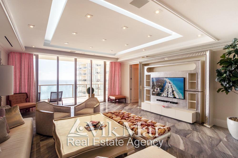 Фото интерьера восточного салона гостиной (Great Room) с домашним кинотеатром и видом на Атлантический океан