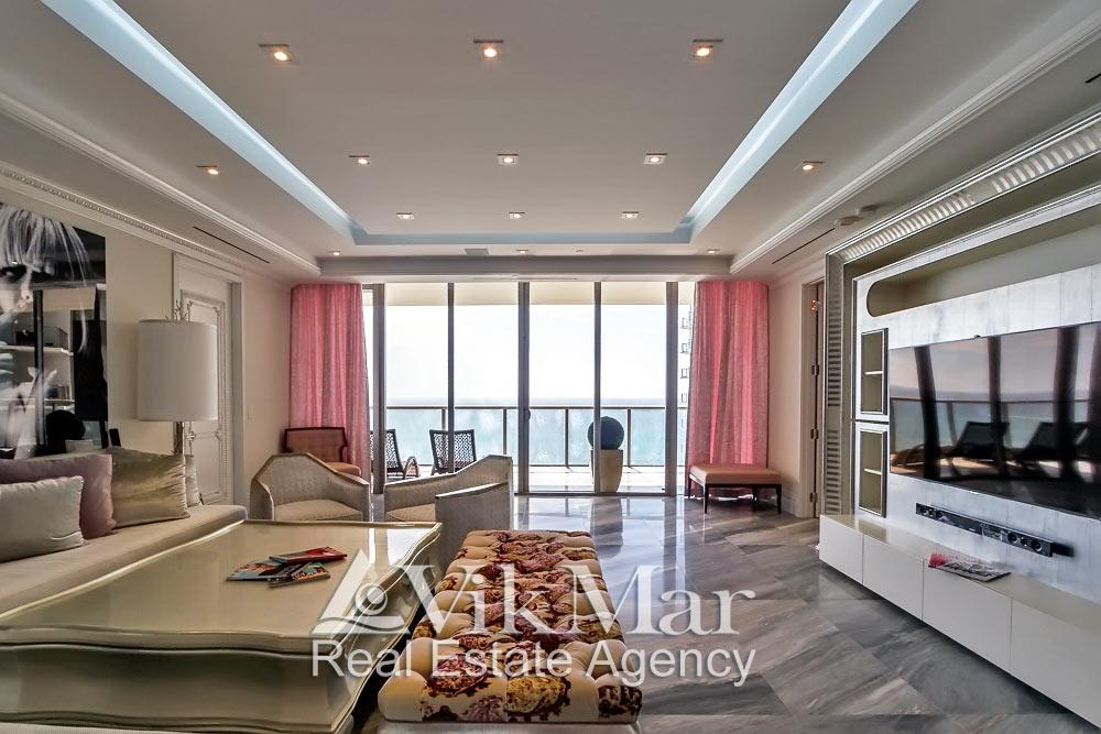 Центральная перспектива интерьера восточного салона гостиной (Great Room) элитной квартиры в Майами Бич, США