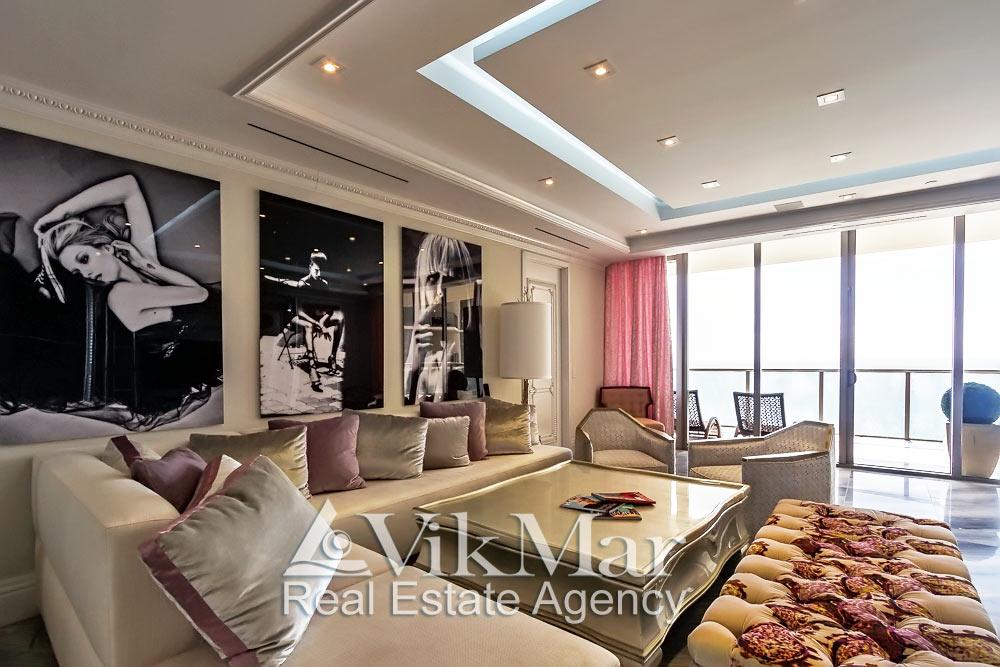 Общий вид зоны отдыха восточной гостиной элитной квартиры в курортном комплексе St. Regis Bal Harbour