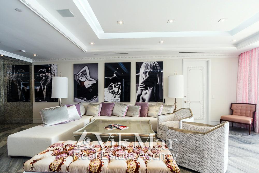 Фото интерьера восточного салона гостиной со стороны портала домашнего кинотеатра