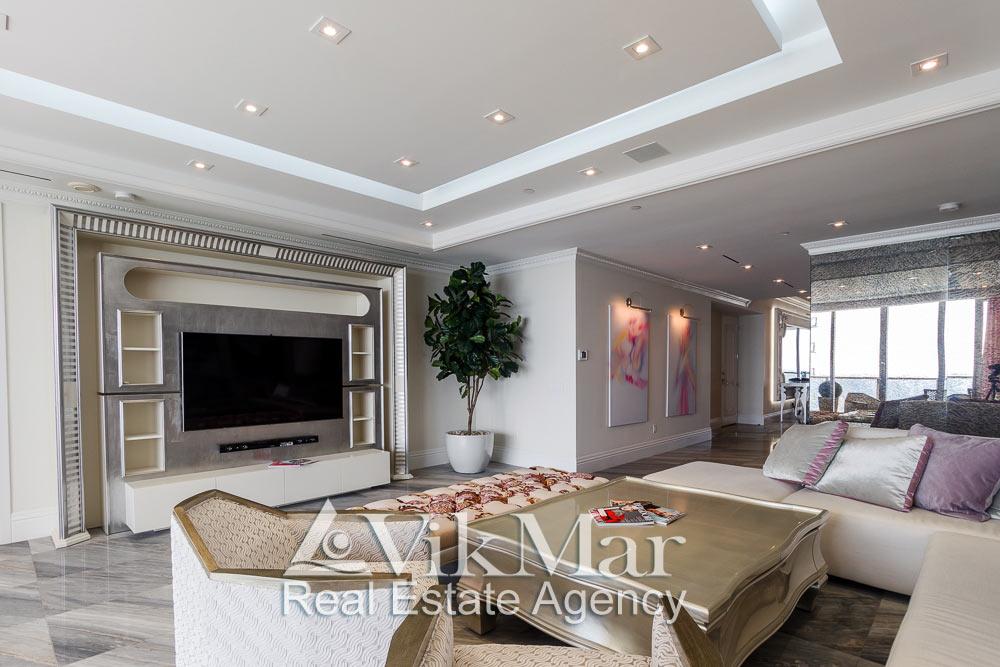 Фото перспектива интерьера восточной гостиной (Great Room) и прихожей (Foyer) при дневном освещении