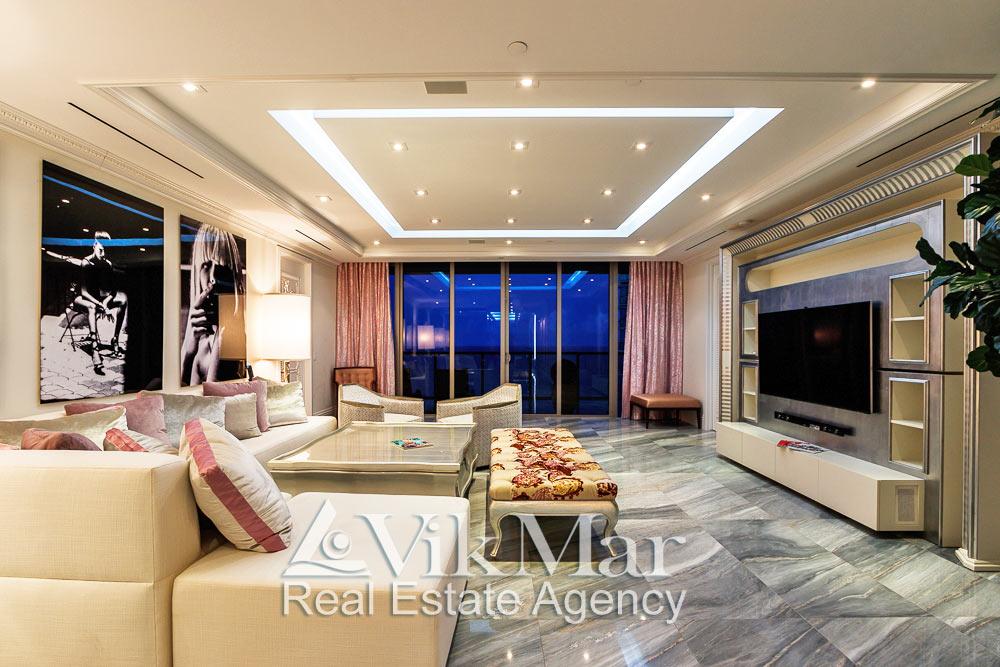 Центральная фото перспектива интерьера восточного салона гостиной (Great Room) при вечернем комбинированном освещении