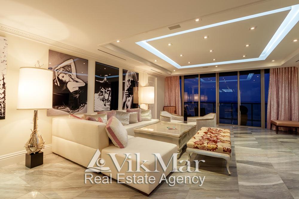 Элегантный дизайн интерьера зоны отдыха восточной гостиной (Great Room) элитной квартиры в Майами Бич, США