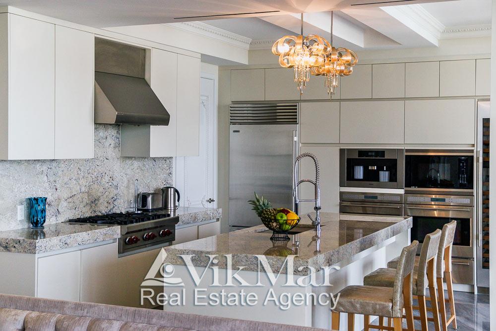 Крупный план пространства кухни столовой со стороны западной гостиной (Family Room) элитных апартаментов жилого комплекса St. Regis Bal Harbour в Майами Бич