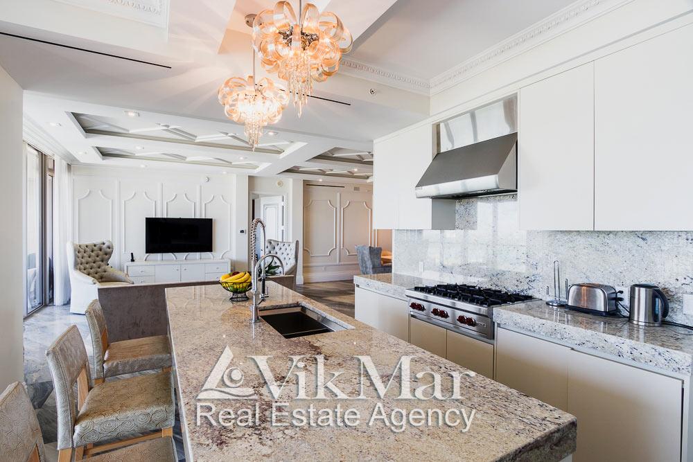 Перспектива интерьера кухни столовой с видом на западную гостиную (Family Room) элитной квартиры в Майами Бич, США
