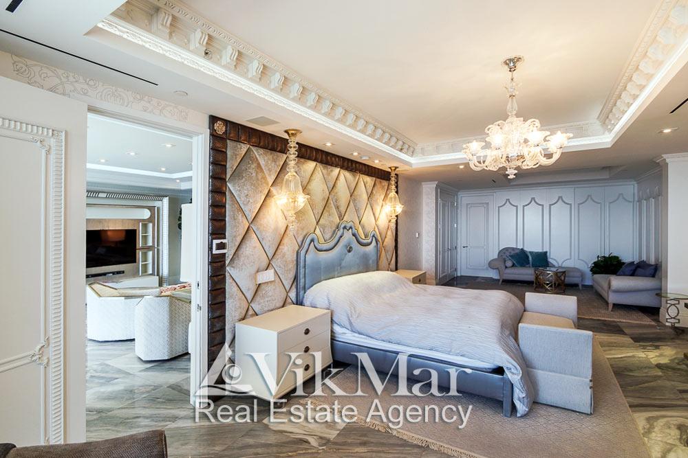 Фото перспектива роскошного интерьера спальни хозяев (Master Bedroom) в стиле Неоклассицизм при дневном комбинированном освещении