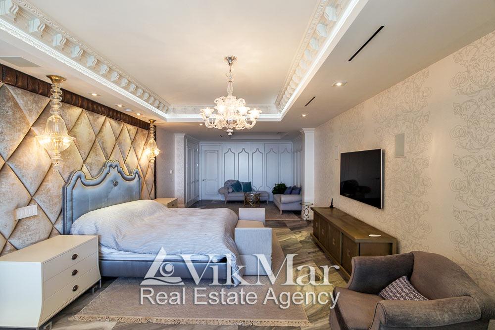 Центральная фото перспектива интерьера спальни хозяев (Master Bedroom) при дневном комбинированном освещении