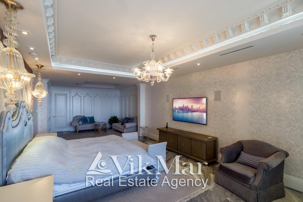 Фото элегантного дизайна интерьера спальни хозяев (Master Bedroom) с декоративным комбинированным освещением