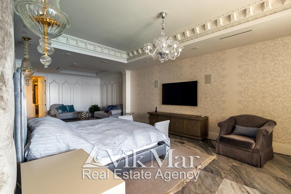 Интерьер спальни хозяев (Master Bedroom) в стиле Неоклассицизм при дневном освещении