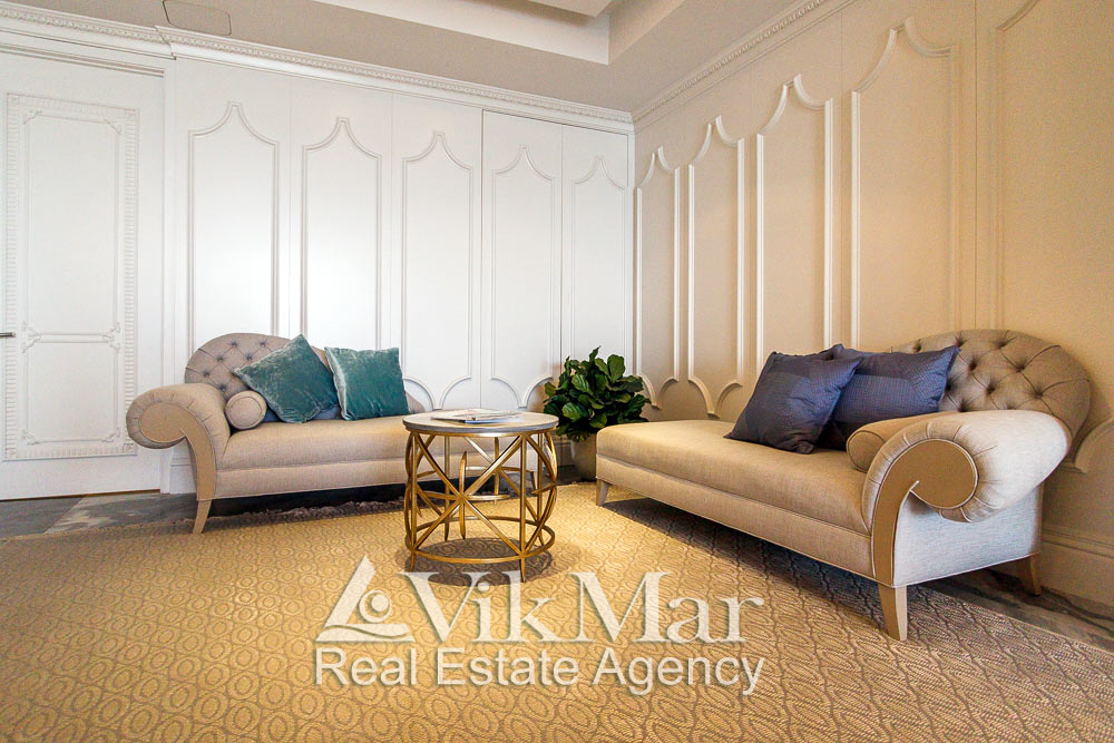 Стильные диваны спальни хозяев (Master Bedroom) элитной квартиры апартаментов в Майами Бич, США